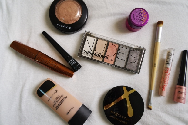 H&M nude palette | Max factor foundation, Dip-In Eye shadow & bronzer | Revlon eyeliner | Rimmel Mascara | Mac highlighter | Essence pencil | Rimmel Mascara